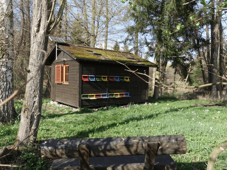 Bank mit Blick auf das Bienenhaus