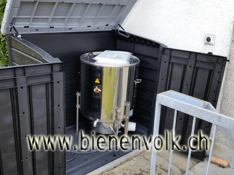 Dampfwachsschmelzer in der Gartenbox, das Wabenmaterial wird draussen eingeschmolzen.