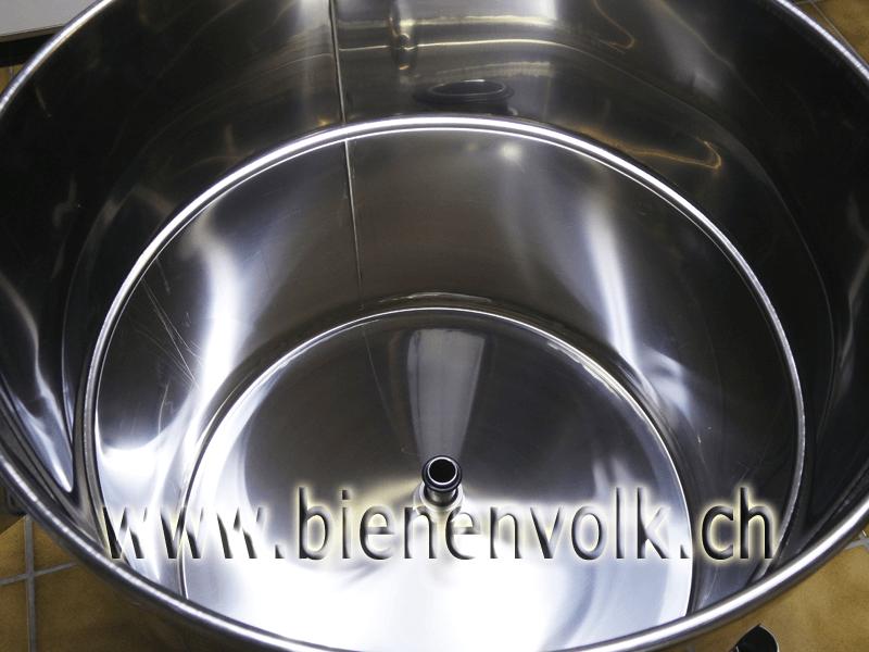 Innenansicht des Dampfwachsschmelzers, durch das Rohr in der Mitte Steigt der Wasserdampf in den Schmelzraum.