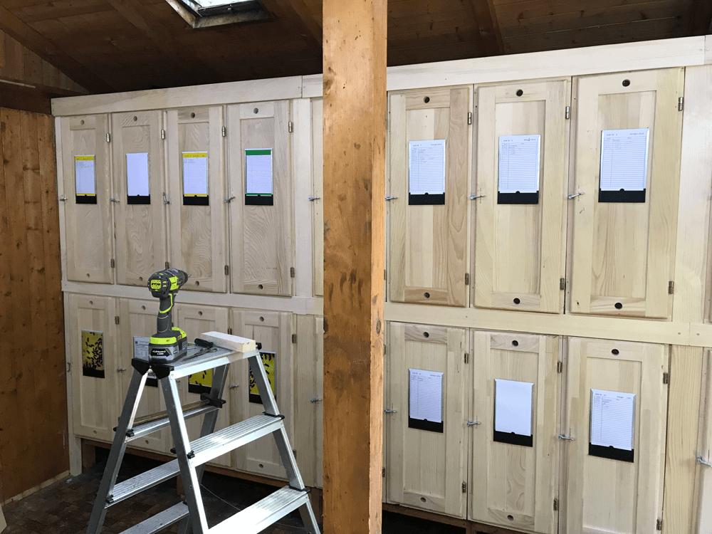 Einbau der neuen Schweizer Bienenkästen
